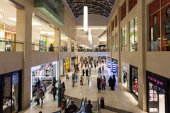Yas购物中心的内部在阿布扎比 免版税图库摄影