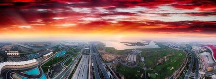 Yas-Insel, Abu Dhabi Panoramische Vogelperspektive von Hauptmarksteinen a Lizenzfreie Stockfotografie