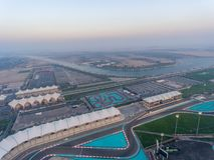 Yas-Insel, Abu Dhabi Vogelperspektive des Stadtautostromkreises an der Dämmerung, Stockfotografie