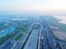 Yas-Insel, Abu Dhabi Vogelperspektive des Stadtautostromkreises an der Dämmerung, Lizenzfreie Stockbilder