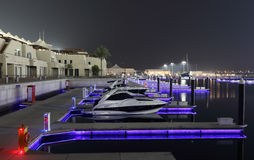 Yas Jachthafen nachts, Abu Dhabi Lizenzfreies Stockfoto