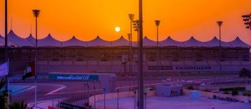 Yas Marina Formula 1 strömkretsAbu Dhabi solnedgång Royaltyfria Bilder