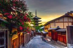 Yasaka塔和Sannen Zaka街在日落,京都,日本 图库摄影