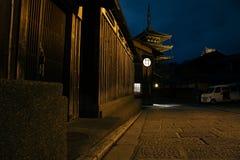 Yasakapagode en de mening van de de straatnacht van Sannen Zaka in Kyoto, Japan stock fotografie