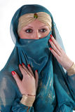 yashmak för flickaståendewhith Royaltyfri Bild