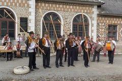 Yasinya, de Oekraïne - September 29, 2016: Hutsuls in nationale kostuums met volksinstrumenten Royalty-vrije Stock Afbeeldingen