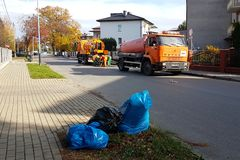 Yaslo,波兰- 9 9 2018年:污水清洁通过在一个小欧洲镇的街道上的特别技术手段 橙色汽车和自治都市 图库摄影