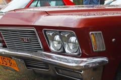 Yaslo,波兰- 2018年7月3日:蓝色颜色一老美国古典buick的片段  有防撞器和comp的前面左车灯 免版税库存照片