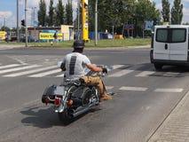 Yaslo, Польша - 12-ое июля 2018: Велосипедист едет стильная тяпка на дороге асфальта Круиз на железной лошади Уклад жизни  стоковое изображение rf