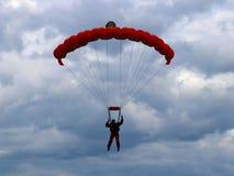 Yaslo, Польша - 1-ое июля 2018: Parachutist скачет с парашютом в трудных метеорологических условиях Брея полет дальше стоковое изображение rf