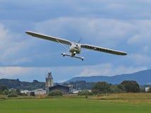 Yaslo, Polen - 3. Juli 2018: Entfernen Sie vom Flugplatz ein helles Zweisitzerturboprop-triebwerk Flugzeug Zucht eines zukünftige lizenzfreie stockfotografie