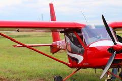 Yaslo Polen - juli 3 2018: Flygplan för rött ljustwo-seaterturbopropmotor av röd färg Airshow fri tid som spenderar tid för enter royaltyfri fotografi