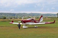 Yaslo Polen - juli 3 2018: Flygplan för rött ljustwo-seaterturbopropmotor av röd färg Airshow fri tid som spenderar tid för enter royaltyfria bilder