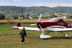 Yaslo Polen - juli 3 2018: Flygplan för rött ljustwo-seaterturbopropmotor av röd färg Airshow fri tid som spenderar tid för enter arkivfoto