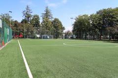 Yaslo, Polen - juli 2 2018: Het merken van een groen kunstmatig voetbalgebied met een grasdekking in het stadsstadion De plaats v stock foto's