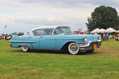 Yaslo, Pologne - 3 juillet 2018 : Vieux Cadillac classique américain de couleur bleue conduit le throuth un vert Phare arrière du photographie stock libre de droits
