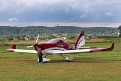 Yaslo, Polonia - 3 de julio de 2018: El niño pequeño en el aeropuerto está interesado en un aeroplano fácil del tuppovintovim de  Fotos de archivo