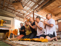 Yasothon, Tailandia - 2/21/2015: 5 muchachos jovenes asiáticos no identificados hacen un monje Imagenes de archivo