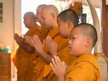 Yasothon, Tailandia - 2/21/2015: 5 muchachos jovenes asiáticos no identificados hacen un monje Imagen de archivo