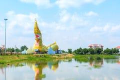 Yasothon Thailand - Maj 6, 2017: Staty av Naka Landmark med a royaltyfri foto