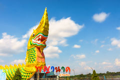 Yasothon Thailand - Maj 6, 2017: Staty av Naka Landmark med a royaltyfri fotografi