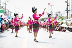 YASOTHORN, THAI-MAY 16 :未认出的舞蹈家执行在泰国D 库存图片