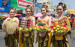 YASOTHORN, TAILANDÊS 14 DE MAIO: O traje tailandês executa o firewo famoso atual Fotos de Stock Royalty Free