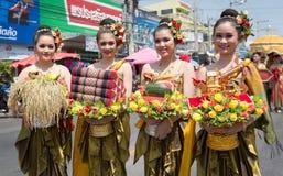 YASOTHORN, TAILANDESE 14 MAGGIO: Il costume tailandese esegue il firewo famoso attuale Fotografie Stock Libere da Diritti
