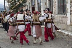 Yasynya, de Oekraïne - September 29, 2016: Hutsuls in nationale kostuums voert volksdans uit Royalty-vrije Stock Afbeeldingen