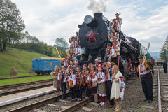 Yasynya, de Oekraïne - September 29, 2016: Musici in het nationale kleding stellen tegen de achtergrond van de oude stoomlocomoti Stock Afbeeldingen