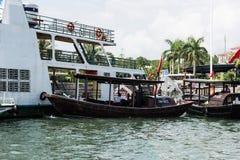 Yatch和小船在下龙湾 图库摄影