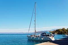 Yatch在港口停泊了在一个小镇-克罗地亚,海岛B附近 库存照片