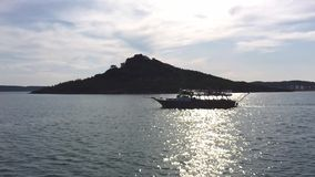 Yatch à la visite bleue sur la mer en île Ayvalik Balikesir Turquie d'Alibey Cunda banque de vidéos