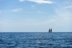 Yatch στον μπλε ωκεανό Στοκ φωτογραφία με δικαίωμα ελεύθερης χρήσης