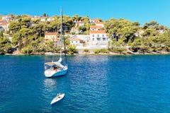 Yatch amarrado no porto de uma cidade pequena Splitska - Croácia, ilha Brac imagem de stock