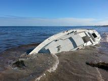 Yatch-Boot auf den Strand gesetzt ruiniert gesunken Stockfotografie