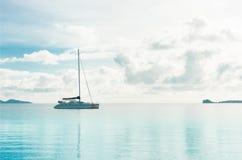 Yatch en el mar azul de la almeja foto de archivo