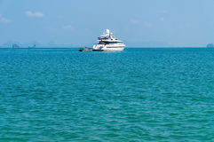 Yatch en mer photo stock