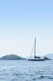 Yatch i det blåa havet i Thailand Royaltyfria Foton