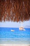 Yatch na água do mar calma perto da costa Foto de Stock Royalty Free
