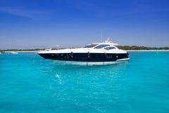 Yatch na praia de turquesa de Formentera Fotos de Stock Royalty Free