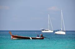 2 yatch och 1 fiskebåt Arkivfoto