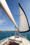 Yatch seglar och skrivbordet Royaltyfri Bild