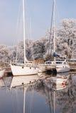 Yatchts en amarres del invierno Foto de archivo libre de regalías