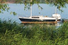 Yate amarrado en el lago fotografía de archivo libre de regalías