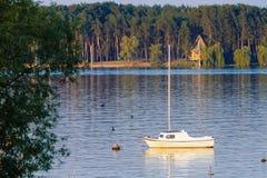 Yate amarrado en el lago foto de archivo libre de regalías