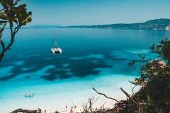 Yate blanco del catamarán en el ancla en superficie azul clara del agua en laguna azul tranquila Ocio irreconocible de los turist Imagen de archivo libre de regalías