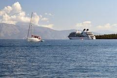 Yate blanco en el mar azul tranquilo, crucero grande visto en la distancia Imagenes de archivo