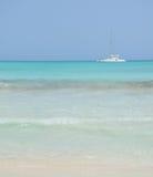 Yate blanco en el mar en un día soleado Imagenes de archivo