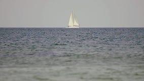 Yate blanco en el mar almacen de metraje de vídeo